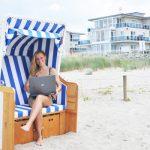 Frau im Strandkorb mit Laptop, KÜhlungsborn Ost